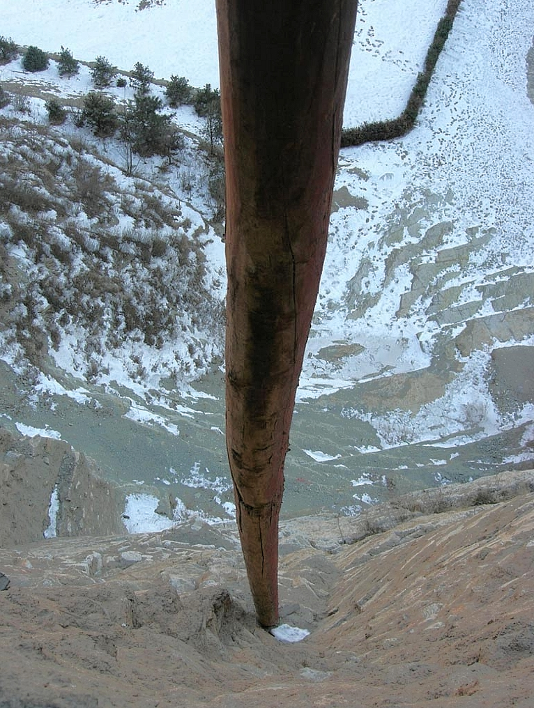 One of the many fragile poles sustaining the complex to prevent it from falling into the depth of the valley below.
